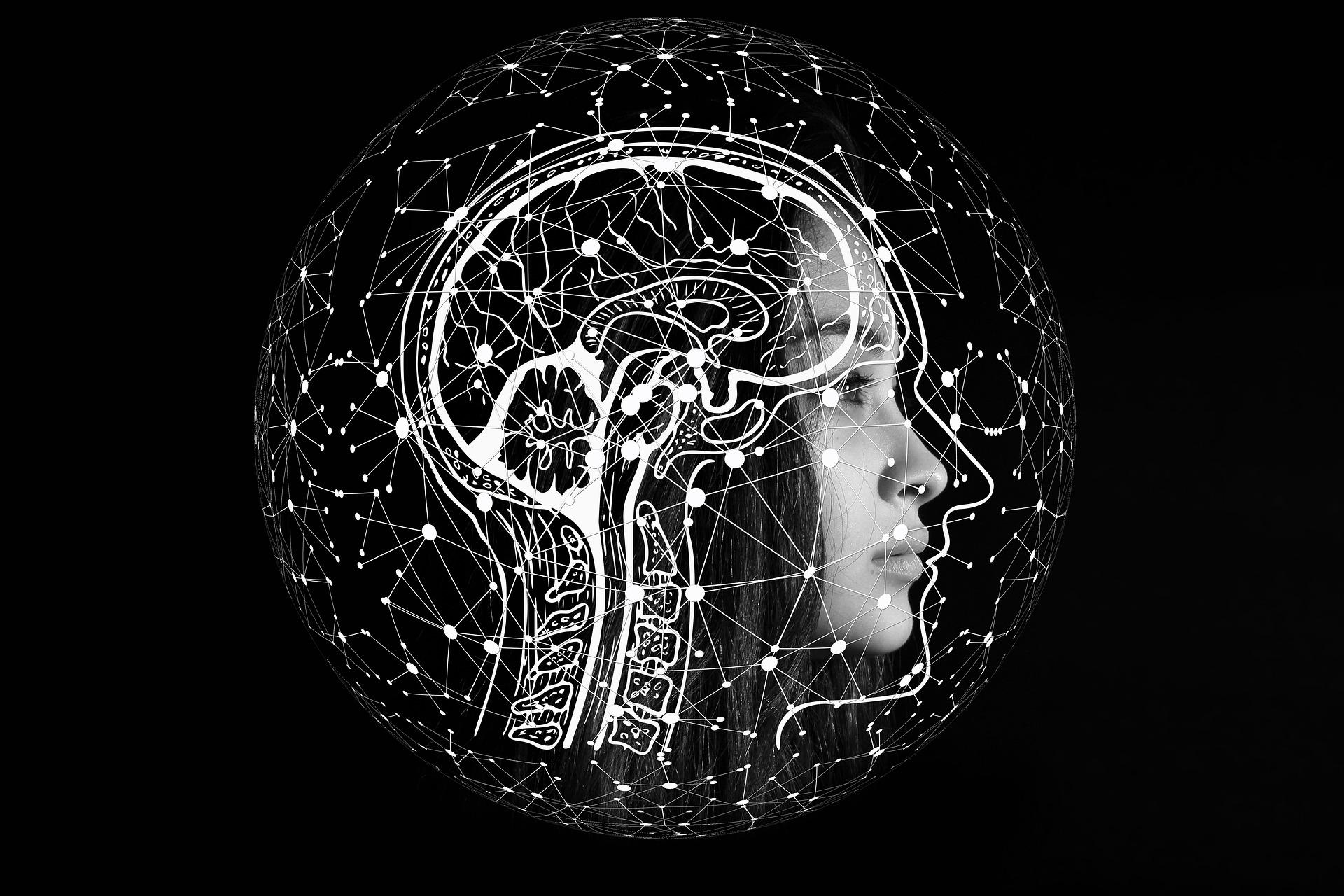 Kvindeansigt på sort baggrund med tegning af hjerneaktivitet