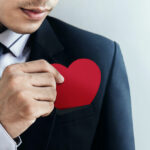 Mand i jakkesæt med rødt hjerte i lommen